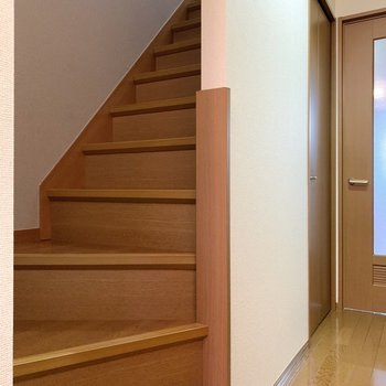 廊下にある階段を上って2階へ参りましょう。