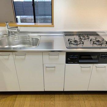 【LDK】キッチンは3口コンロでグリル付き。真ん中で作業ができます。