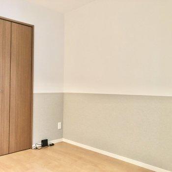 【洋室】壁にベッドが置けますね。