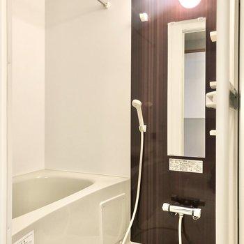 奥にバスルームです。浴室乾燥機、追い焚き機能付きです。