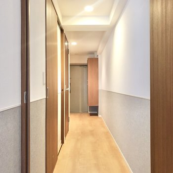 廊下へ行きましょう。1番玄関側の扉に…