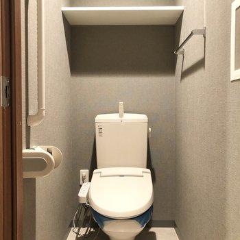 サニタリールーム隣の扉にトイレです。