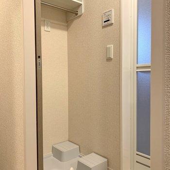 洗濯機置き場上には洗剤が置けます。