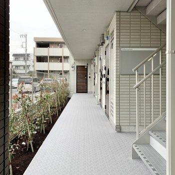 屋根付き共用部で雨の日も濡れません。