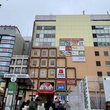 駅周辺は飲食店などで賑わっていますよ。24時間営業のスーパーがあるのはいいですね。