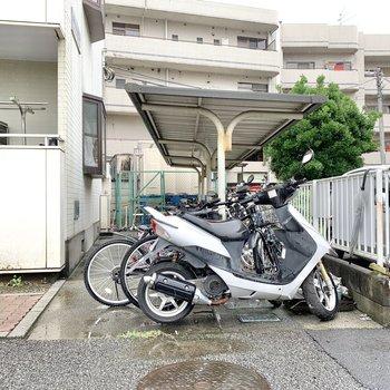 建物の脇に駐輪場があります。
