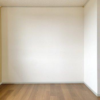 【南東側洋室】クリーム色のクロスが目に優しい空間です。