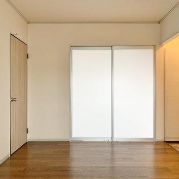 【DK】キッチンを背にすると正面に南東側の洋室があります。