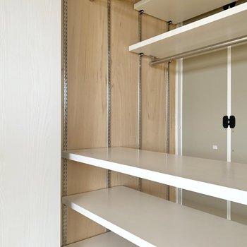 【和室】クローゼットの棚は前後・上下に移動できますよ。