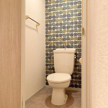 お隣のトイレはキュートな雰囲気に仕上がっています。