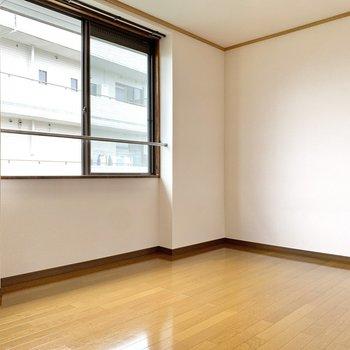 【北西側洋室】先ほどの洋室と変わらないくらいの光量でした。