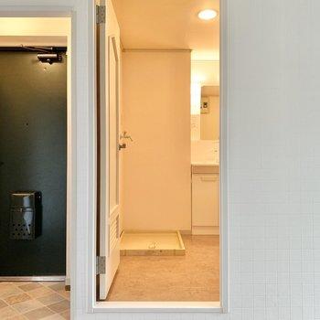 洗面所を見てみましょう。正面は洗濯機置き場のようですね。