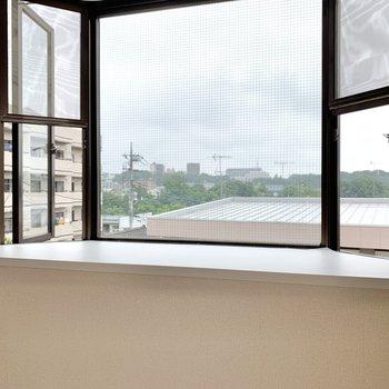 【和室】小窓の前には花瓶を置いたり。