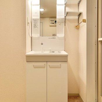 お隣は独立洗面台。隣に棚があるのが嬉しいポイントです。