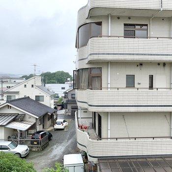 【北西側洋室眺望】窓からは閑静な住宅街が見えます。