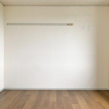 【南東側洋室】ピクチャーレールにはトートバッグなどを掛けましょうか。