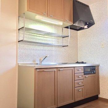 【LDK】ゆったりと使えるキッチン。横には冷蔵庫が置けます。