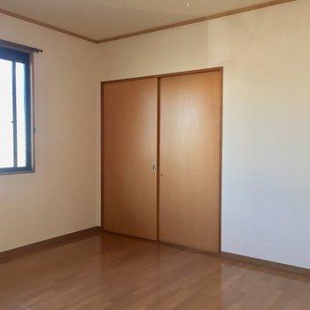 【洋室】こちらのお部屋には収納が2つあります。