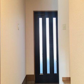 玄関はゆったり使えますよ。