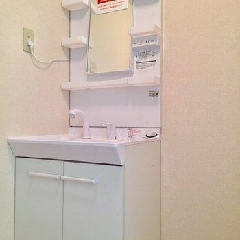1階に降りて脱衣所です。洗面台には収納がたっぷり。