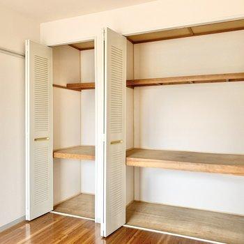 【洋室】3段に分けて収納ができます。