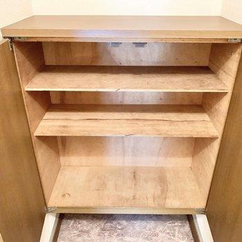 靴箱上の棚には鍵や芳香剤が置けますね。
