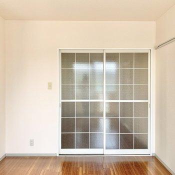 【DK側の洋室】格子の引き戸が可愛らしいです。