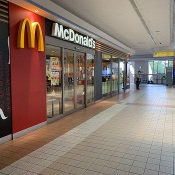 駅構内にファーストフード店があります。
