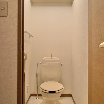 棚付きのトイレ。