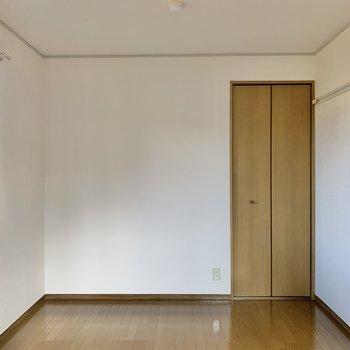 【洋室】奥の収納を開けてみましょう。
