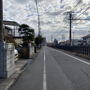 お部屋前の道。真っ直ぐ歩くと駅に着きます。