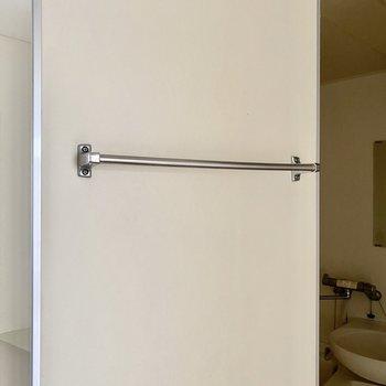 ドアにタオル掛けがついていますよ。