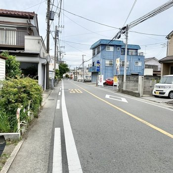 お部屋前の通り。住宅街なので比較的静かな環境です。