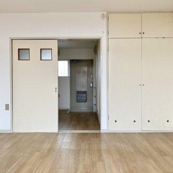 引き戸には小ぶりでキュートな窓が二つ。