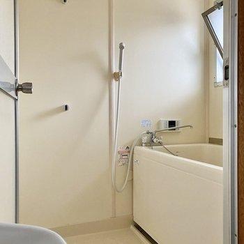 シンプルで清潔感のある浴室。小窓があって換気もしやすい造り。
