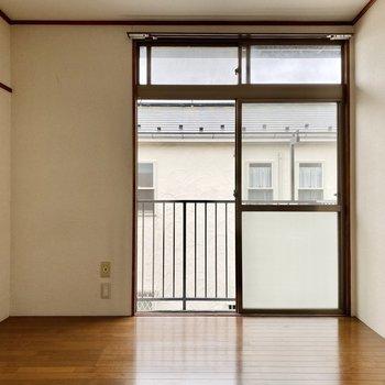【洋室】大きめの窓が天井まで伸びていますね。