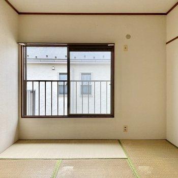 【和室】和室にも腰窓があり、明るい空間です。