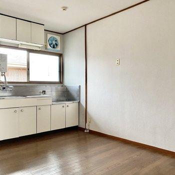 【DK】ゆったりとしており、大きなテーブルも置けますね。右の壁の前に冷蔵庫が置けそうです。