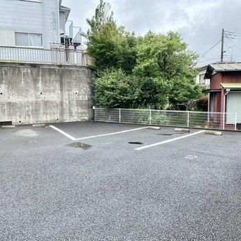 駐車場(空き要確認)。スペースが大きくとられているので出し入れしやすそうですね。