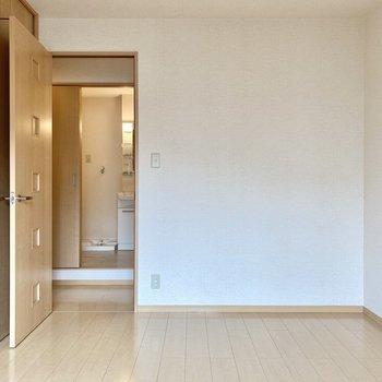 【洋室東】ベッドを置くなら窓際が気持ち良さそうです。