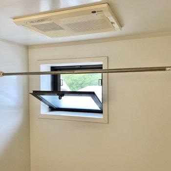 小窓があって浴室乾燥機付き。