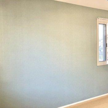 【洋室】ハッピーなパステルブルーのアクセントクロスが素敵。