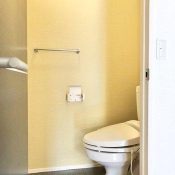 イエローのクロスの明るいトイレです。