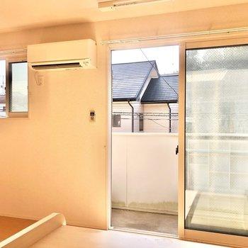 【LDK】2つの窓からたっぷりと光が差し込みます。
