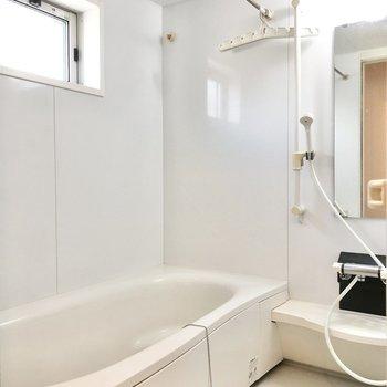 窓があって閉塞感のないお風呂。浴槽も大きいです。