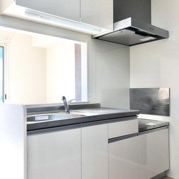 【LDK】テレビを見たり会話をしながらお料理ができるカウンターキッチンです。