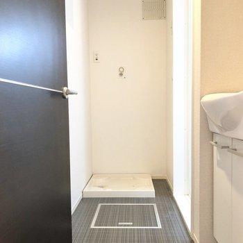 お次は水回り。洗濯機置き場が脱衣所にあると入浴前の着脱が楽ちんですね。