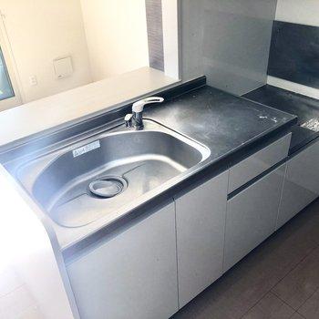 【LDK】シンクが大きくて、調理スペースもあるので使いやすそうです。