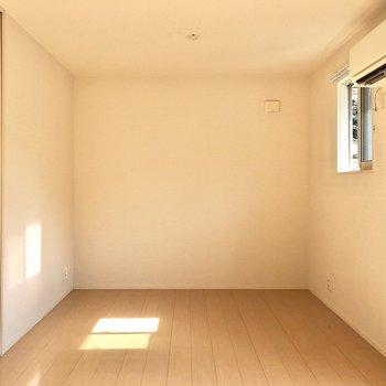 【LDK】壁はスッキリとしていて家具の配置がしやすそう。