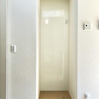 【LDK】冷蔵庫置き場は左側にあります。